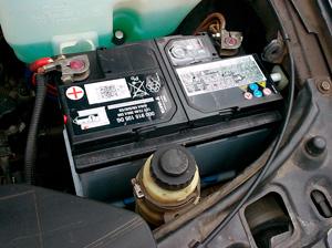 АКБ у левой фары в VW Passat B3/B4 на фото 75Ач