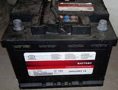 Штатный аккумулятор на Toyota Avensis